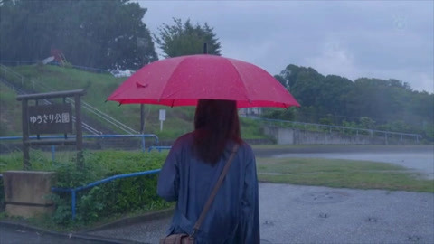 女子只要打着红伞去公园,身边就会有人死,太诡异了
